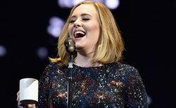 """ด่ามาด่ากลับ! Adele ฉุนคนหาว่า """"น่าเบื่อ"""" เมื่อได้ร่วมงาน Glastonbury"""