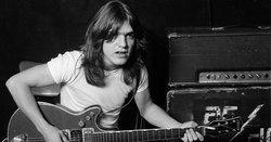 Malcolm Young อดีตมือกีต้าร์ และผู้ร่วมก่อตั้งวง AC/DC เสียชีวิตด้วยวัย 64 ปี