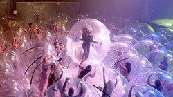 The Flaming Lips วงร็อคอเมริกัน นำเทรนด์เล่นคอนเสิร์ตยุคโควิด-19 ด้วยลูกบอลพลาสติก