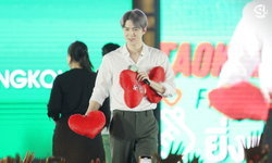"""เซฮุน EXO เซอร์ไพรส์แฟนไทย เขียนคำว่า """"รัก"""" พร้อมปาหัวใจใส่รัว ๆ"""