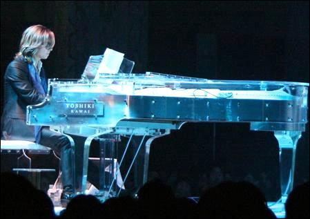 โยชิกิ ( X Japan ) จะนำเปียโนคริสตัลประมูล เพื่อช่วยเหลือเหตุการณ์แผ่นดินไหวในญี่ปุ่น