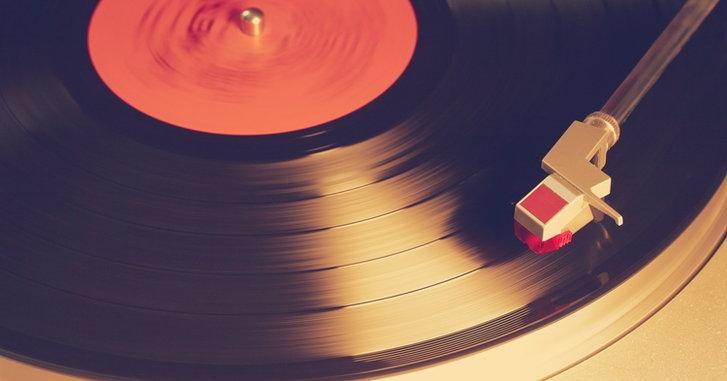 วิวัฒนาการเครื่องเล่นแผ่นเสียงและแผ่นเสียง โดย อนุสรณ์ สถิรรัตน์