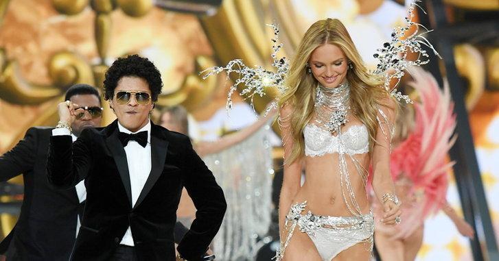 """เมื่อนางฟ้า Victoria's Secret ลิปซิงค์เพลง Bruno Mars """"24K Magic"""""""