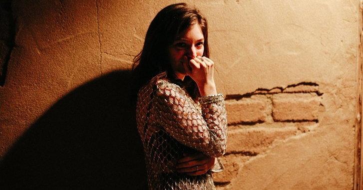 "Lorde เซอร์ไพรส์แฟนๆ โชว์เพลงใหม่ ""Homemade Dynamite"" ในงาน Coachella"