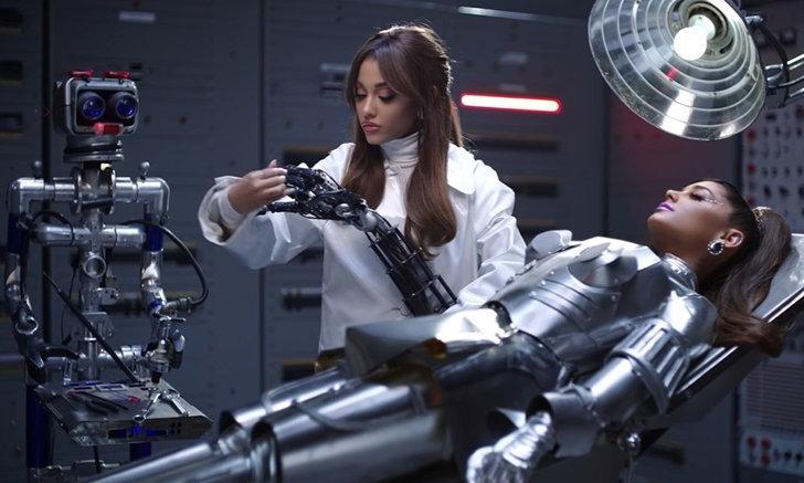 "Ariana Grande ปล่อยเอ็มวี ""34+35"" แนวเรโทรไซไฟ สร้างหุ่นยนต์ตัวเอง"
