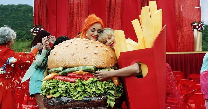 """เลิกเกาเหลา Taylor Swift สวมกอด Katy Perry ในเอ็มวีใหม่ """"You Need To Calm Down"""""""