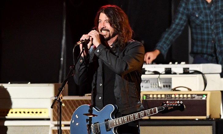 """""""Dave Grohl"""" เลื่อนทัวร์ """"Foo Fighters"""" เผยยอมขึ้นเวทีทั้งขาหักดีกว่าให้ผู้ชมเสี่ยงชีวิต"""