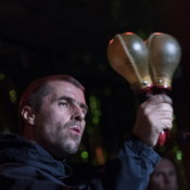 """Liam Gallagher"" ทวีตเนื้อเพลง ""Stop Crying Your Heart Out"" ของ Oasis ให้กำลังใจทีมหมูป่า"