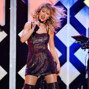 ไม่เคยเล่นสดที่ไหนมาก่อน! Taylor Swift เดี่ยวเปียโนสุดซึ้งในคอนเสิร์ต One World
