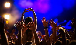 """7 ปัจจัย """"GMM Showbiz"""" พร้อมมากกับการจัด """"คอนเสิร์ต"""" ยุค New Normal"""