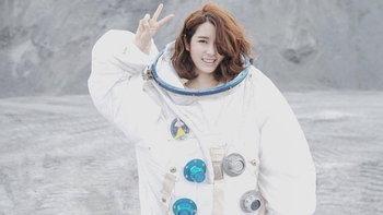 """""""แป้งโกะ"""" แปลงร่างเป็นนักบินอวกาศอกหักในซิงเกิ้ลใหม่ """"พระจันทร์"""""""