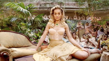 "Rita Ora กับฉากจูบสุดเร่าร้อน และประเด็น LGBTQ ในเอ็มวี ""Girls"""