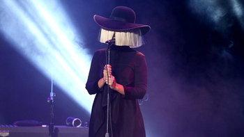 Sia ศิลปินผู้เต็มไปด้วยเอกลักษณ์ กลับมากับเพลงใหม่ Alive ที่เกือบเป็นของ Adele