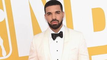 """""""Drake"""" งานเข้า! หลังถูกชาวเน็ตแฉคลิปขณะกอดจูบแฟนเพลงวัย 17 ปีบนเวทีเมื่อปี 2010"""