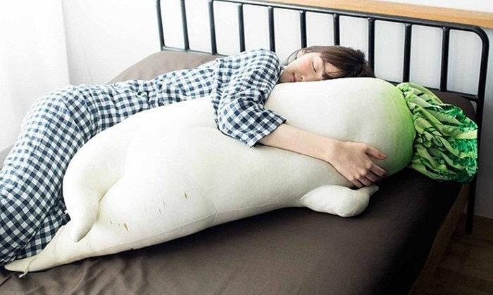 หลับฝันดีด้วยการนอนกอดหมอนข้างหัวไชเท้าสุดเซ็กซี่กันเถอะ