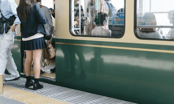 """วิธีลด """"การลวนลามบนรถไฟ"""" ที่ใช้ได้จริง กับด้านมืดในสังคมญี่ปุ่นที่ถูกเปิดเผย"""