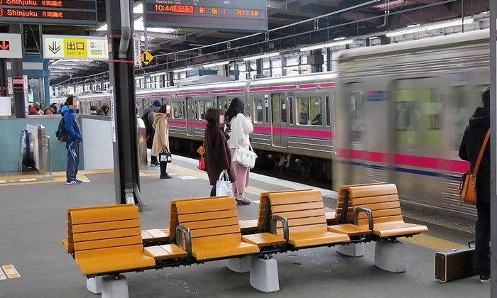 จะได้ผลไหมนะ? ไม่หันเก้าอี้เข้าราง ป้องกันคนเมาเดินตกรางรถไฟ