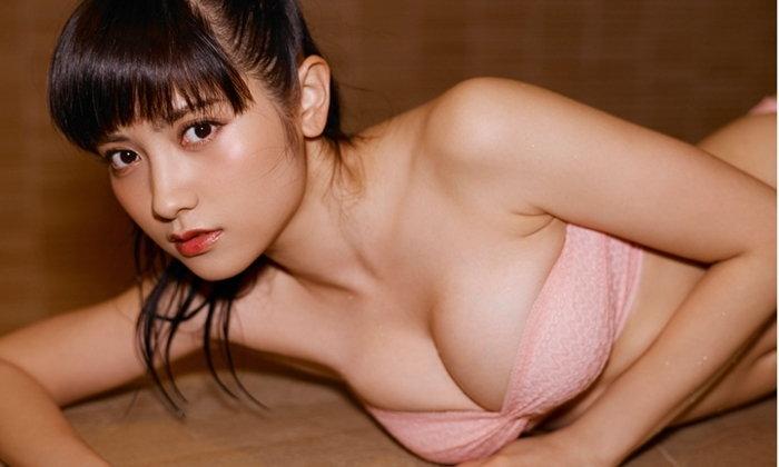 """Nashiko Momotsuki"" พยาบาลสาวกับการเผยดีกรีความฮอตบนปก Weekly Playboy"