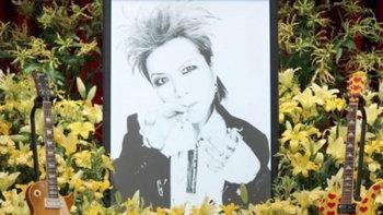 20 ปีแห่งการจากลา! แฟนคลับ Hide แห่ง X Japan ร่วมวางดอกไม้ไว้อาลัย