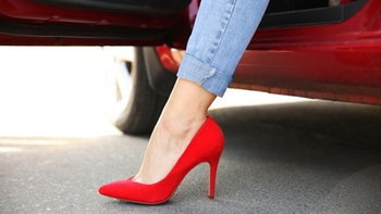 """รองเท้าแบบไหนที่ใส่เวลาขับรถในญี่ปุ่นแล้ว """"ผิดกฎหมาย""""?"""