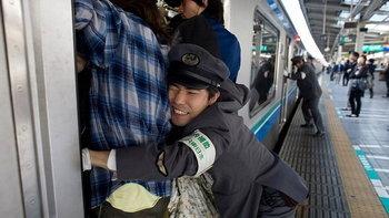 5 วิธีเอาตัวรอดบนรถไฟของเหล่ามนุษย์เงินเดือนญี่ปุ่น!