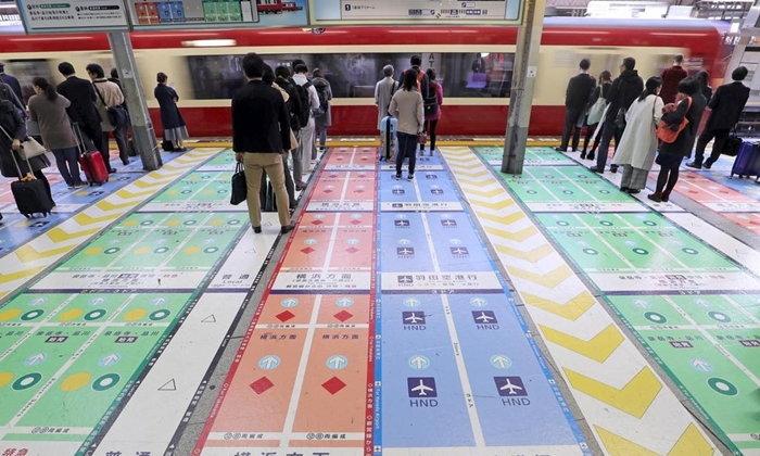 สถานีรถไฟ Shinagawa ทำเลนต่อแถวเป็นสี เพื่อความสะดวกในการเดินทาง