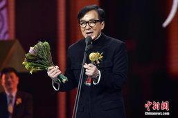 ເສິນຫຼົງ ໄດ້ຮັບລາງວັນຊາວຈີນຍອດຢ້ຽມ ໃນງານ You Bring Charm to the World Award Ceremony ທີ່ຮົງກົງ