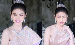 """""""ບາບີ້ ປິຍະມາດ"""" Miss International Laos 2018 ໃນຊຸດໄໝສີບົວ ງາມປານນາງໃນວັນນະຄະດີ"""