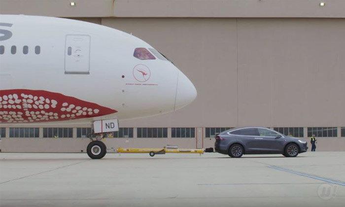 ເຫຼືອເຊື່ອ! ລົດ Tesla ສາມາດແກ່ເຮືອບິນໂບອິ້ງຂະໜາດໃຫຍ່ນໍ້າໜັກກວ່າ 130,000 ກິໂລໄດ້ສຳເລັດ