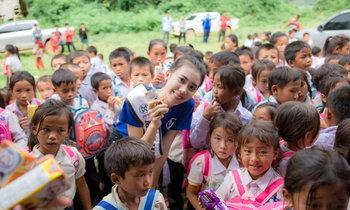 """ໃຈບຸນ! """"ເມ ເນລະມິດ"""" Miss World Laos 2019 ຮ່ວມບໍລິຈາກອຸປະກອນການສຶກສາໃຫ້ເດັກນ້ອຍຢູ່ເມືອງກາສີ"""