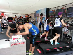 Johnson Health Tech ลดกระหน่ำ ที่งาน Super Sports 10 Miles International Run 2015