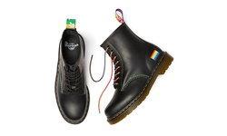 Dr. Martens ปล่อยรองเท้าคู่พิเศษรับ Pride Month โดดเด่นด้วยธงสีรุ้งและด้ายหลากสี