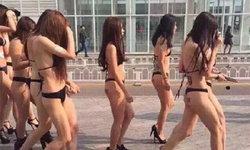 หนุ่มๆซี้ด! สาวสวยนับสิบนุ่งชุดบิกินีสุดเสียว ประทับบาร์โค้ดบั้นท้าย เดินว่อนทั่วกรุง!