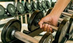 5 ท่าออกกำลังกายด้วยดัมเบลใช้เวลา 15 นาทีต่อวัน สำหรับผู้ชายงานยุ่ง