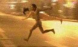 สุดฮา ชาวเน็ตจีนแชร์ภาพชายเปลือยกาย วิ่งหอบตุ๊กตายาง