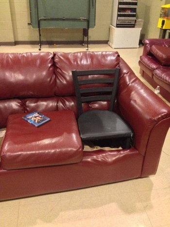 โซฟาพัง เบาะหาย ก็เอาเก้าอี้ใส่ลงไปแทน