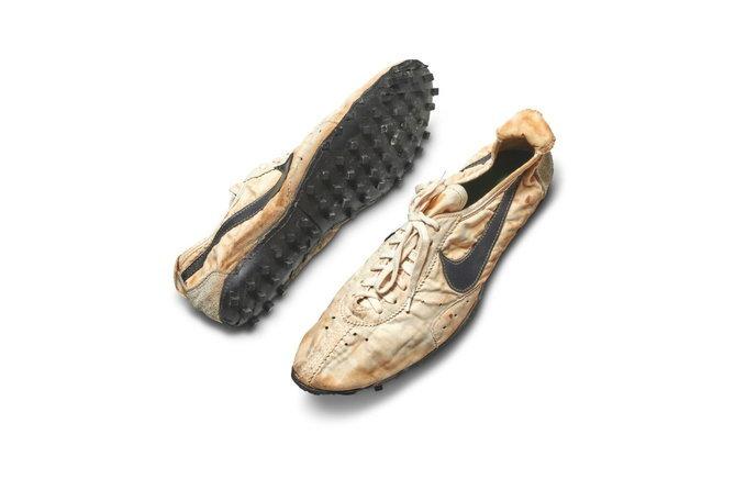 Nike รุ่น Moon Shoe