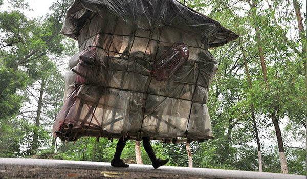หนุ่มจีน เดินแบกบ้านไว้บนบ่า เดินทางออกท่องเที่ยว