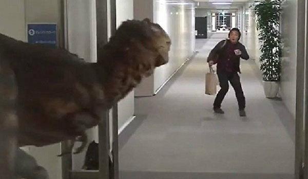 เป็นคุณจะทำไง หนุ่มวิ่งหนีอย่างไม่คิดชีวิต หลังเจอไดโนเสาร์โผล่(ชมคลิป)