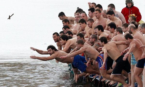 Epiphany Day กระโดดน้ำเพื่อสุขภาพดีตลอดปี