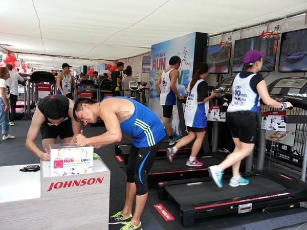 Johnson Health Tech ลดกระหน่ำ ที่งาน Super Sports 10 Miles International Run 2015