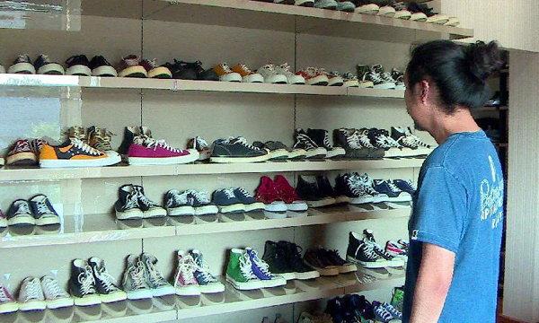 กรุแตก! เปิดบ้านนักสะสมแฟนพันธุ์แท้คอนเวิร์ส ขุมทรัพย์รองเท้า หลายคู่ทะลุหมื่น