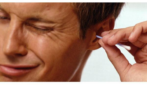 การใช้ไม้พันสำลีเช็ดขี้หู