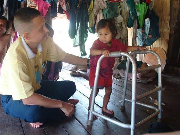 """""""หมอวรวิทย์"""" วีรบุรุษของคนไร้สัญชาติที่ชายแดนไทย"""