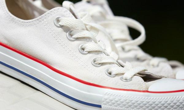 4 ขั้นตอนทำความสะอาดรองเท้าผ้าใบสีขาวให้เหมือนใหม่