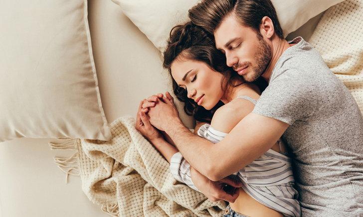 """5 ข้อดี ของการ """"นอนกอดแฟน"""""""