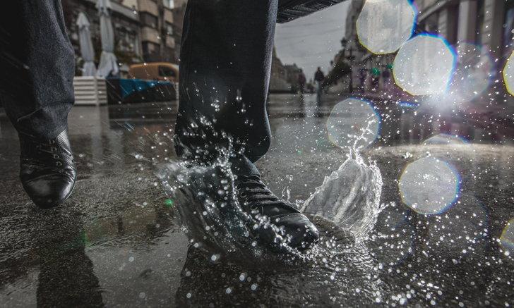 """5 เคล็ดลับดูแลรองเท้าช่วง """"หน้าฝน"""""""