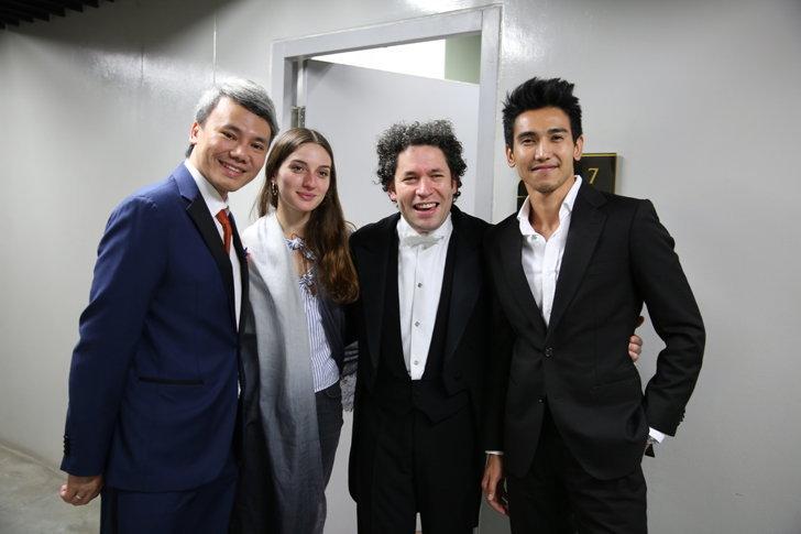รูปที่ถ่ายกับวาทยกร+วงดนตรีคลาสสิกระดับโลก Gustavo Dudamel