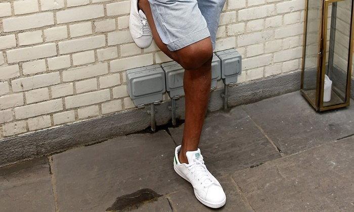 ทำไมผู้ชายควรมีรองเท้าสีขาวไว้ในตู้รองเท้า