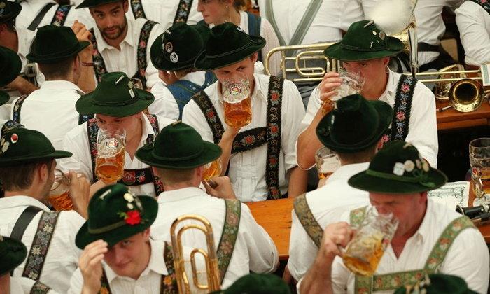 ลานเบียร์ Oktoberfest พ่อทุกสถาบัน
